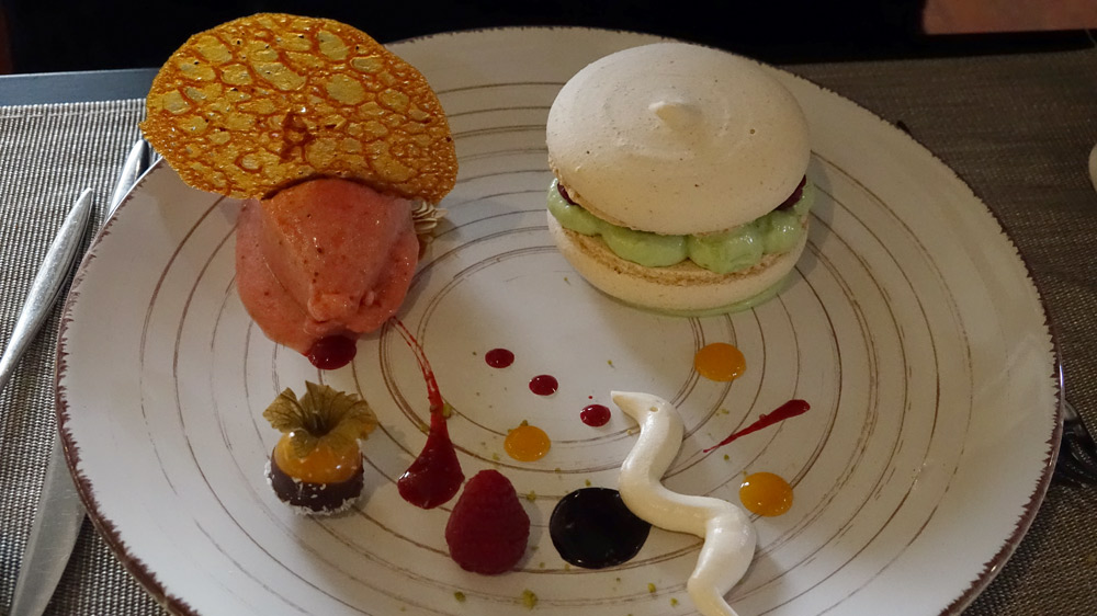 Macaron à la Pistache verte au cœur de confit de framboise et son sorbet citron vert