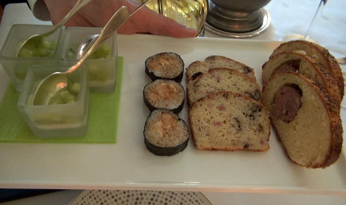 Amuse-bouche : Panacotta au concombre & chèvre frais - Maki aux crevettes - Cake aux noix et lardons - Saucisson en brioche