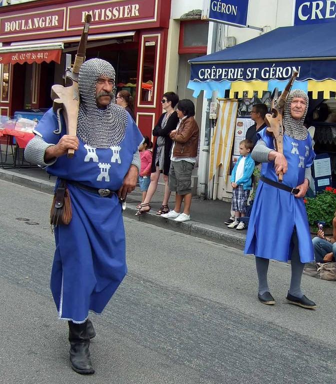 Seigneur Jehan et messir Pierre-Jean défilent rue Trottier - 28/07/12
