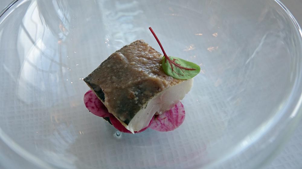 Patience : Filet de maquereau cuit au sel, pâte de miso, radis de couleur et condiment aux algues