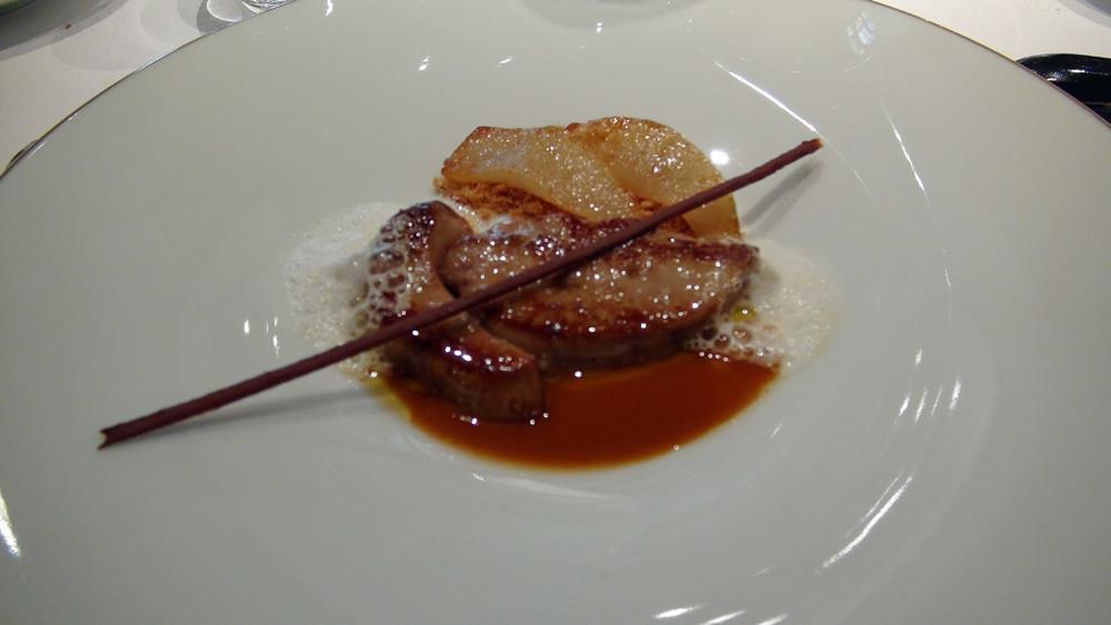 Foie gras de canard chaud, poire et réglisse, lait d'amandes demi-sel