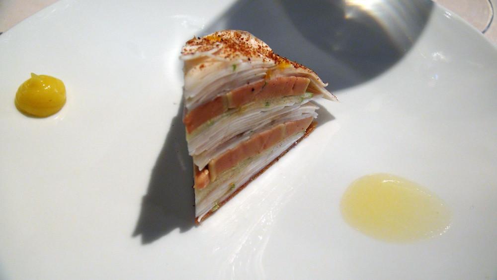 Millefeuille de champignons de Paris et foie gras mariné au verjus, copeaux de pommes vertes, huile de noisette, poudre de cèpes & purée de citron confit ...