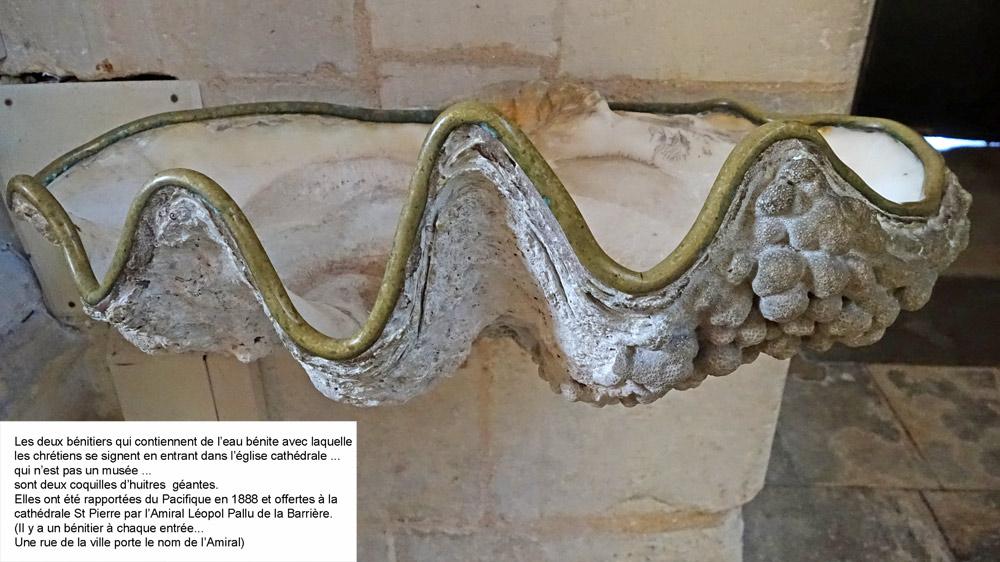 Une des deux huîtres bénitier de la Cathédrale Saint-Pierre à Saintes