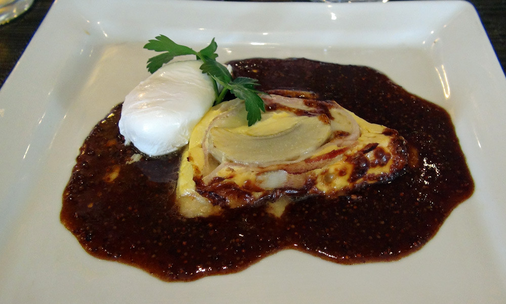 Terrine de Beaufort et fond d'artichaut, œuf poché, jus de viande lié à la moutarde à l'ancienne