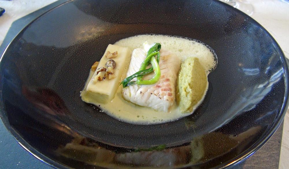 Sandre de Loire, poireau et tapenade d'anguille fumée à l'huile de noix