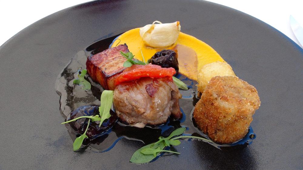 Le cochon Ibaïona, pruneaux confits au vin épicé, mousseline de carotte