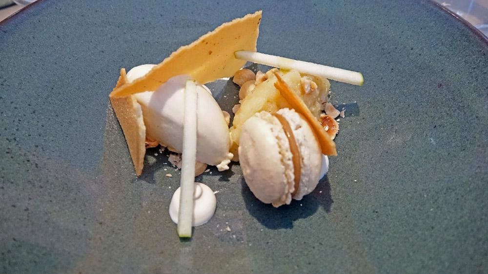 Pommes Cox, macaron au café, crème crue et glace infusion noisettes !