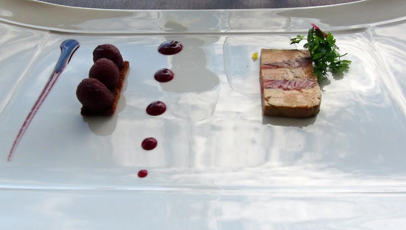 Pressé de foie gras poêlé et saumon fumé par nos soins,  quelques poires au vin d'hypocras