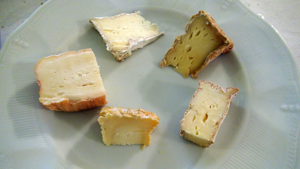 Maroilles fermier au lait cru, Livarot avec laîches, Langres, Brillat-Savarin et Camembert