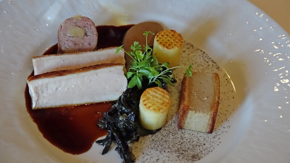 Le pintadeau, doré sur la peau., biscuit de foie gras de canard, la cuisse en saucisse, purée de châtaigne au Cognac