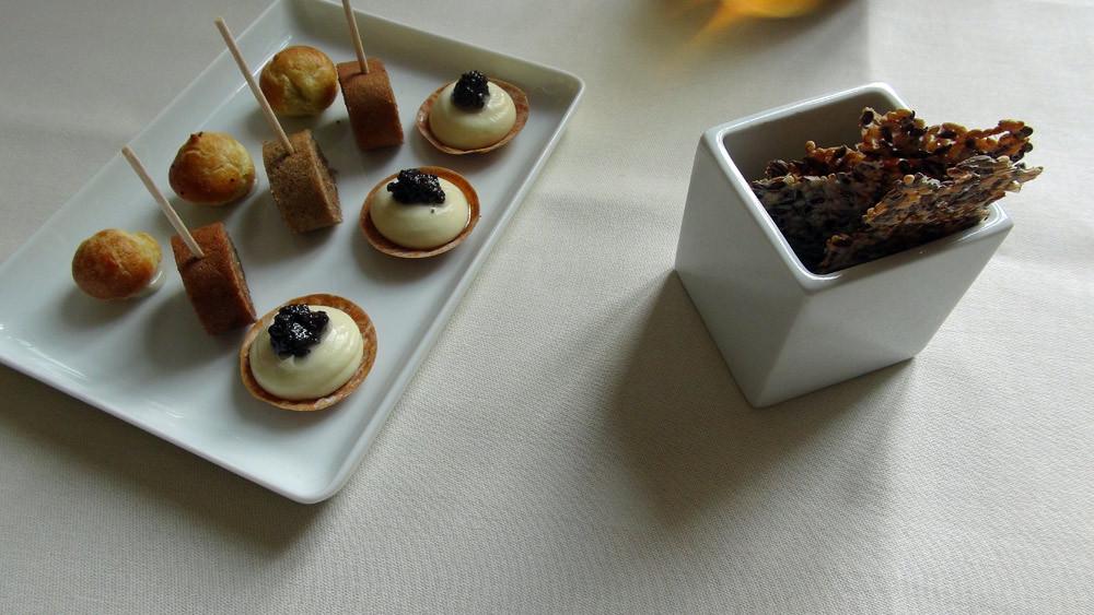Amuse-bouche : Tartelette au chocolat blanc et brisures de truffe - Galette de sarrasin à la rillette de Tours - Chouquette au chèvre -  Tuile aux graines de sésame parfumée au vinaigre balsamique