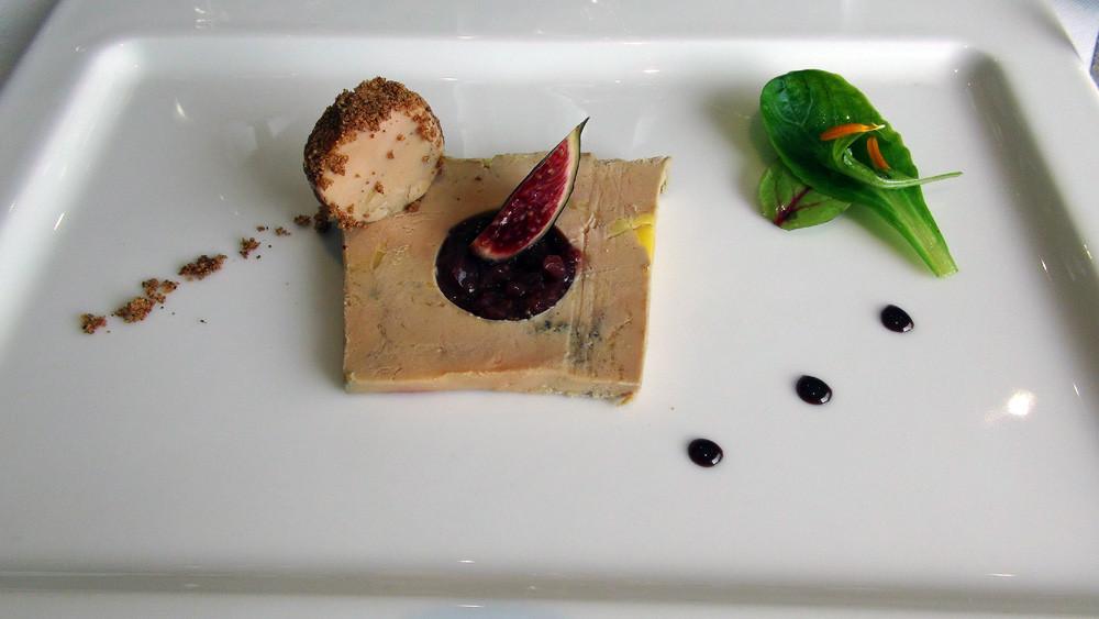 Le foie gras de canard cuit en terrine, chutney de figue, caramel aux épices