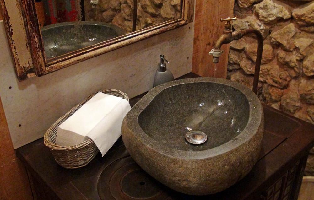 L'ensemble robinet/lavabo montés sur une cuisinière