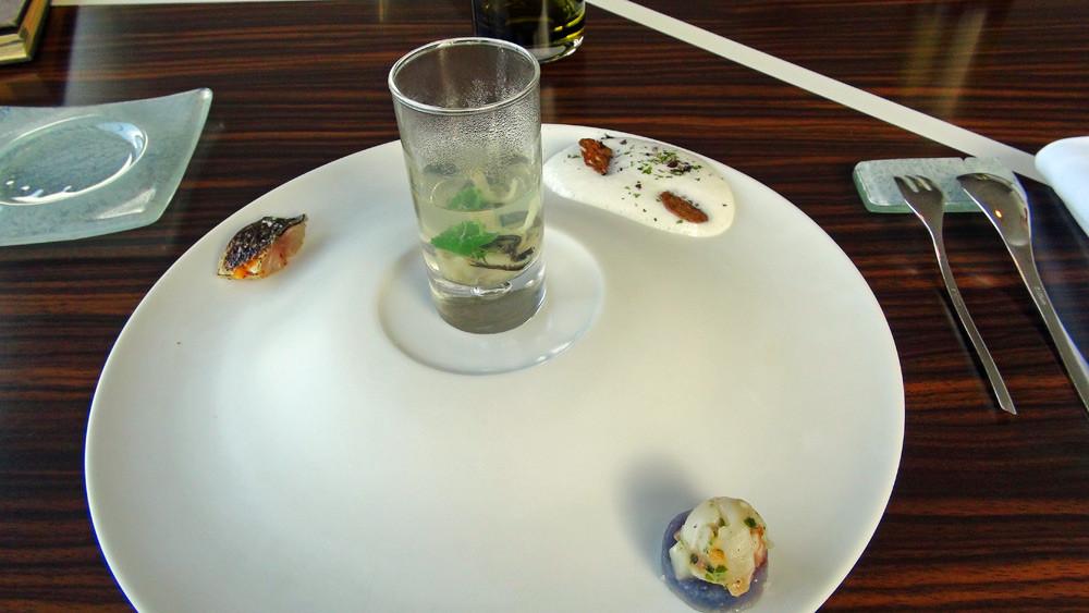 Amuse-bouche : Huitre de Paimpol et bouillon de coriandre - Maquereau mariné grillé - Pomme de terre et tartare de St Jacques au Bellotta - Petite mousse au lait ribot, algue et galette de blé noir