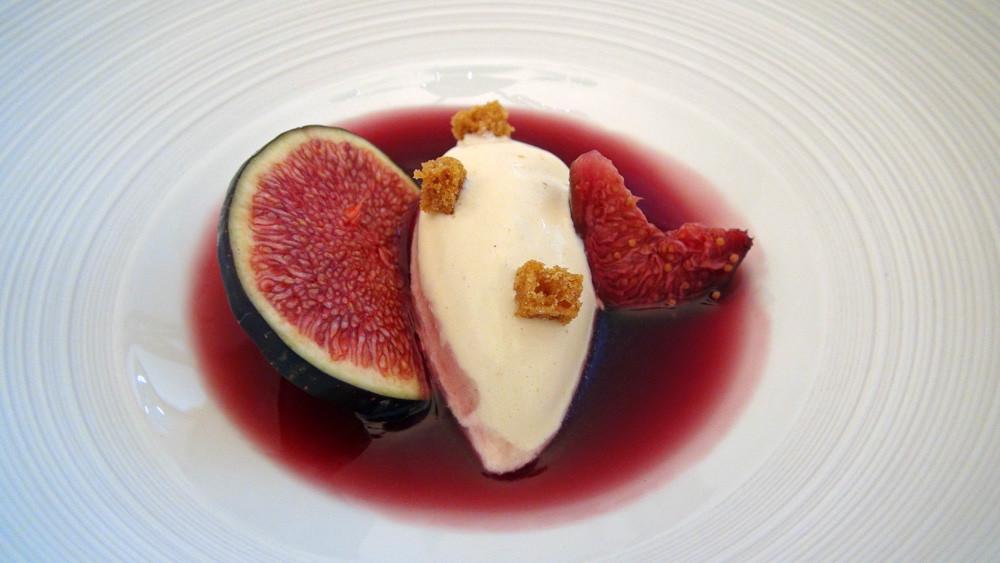 Petites figues violettes pochées au vin rouge, glace au pain d'épices