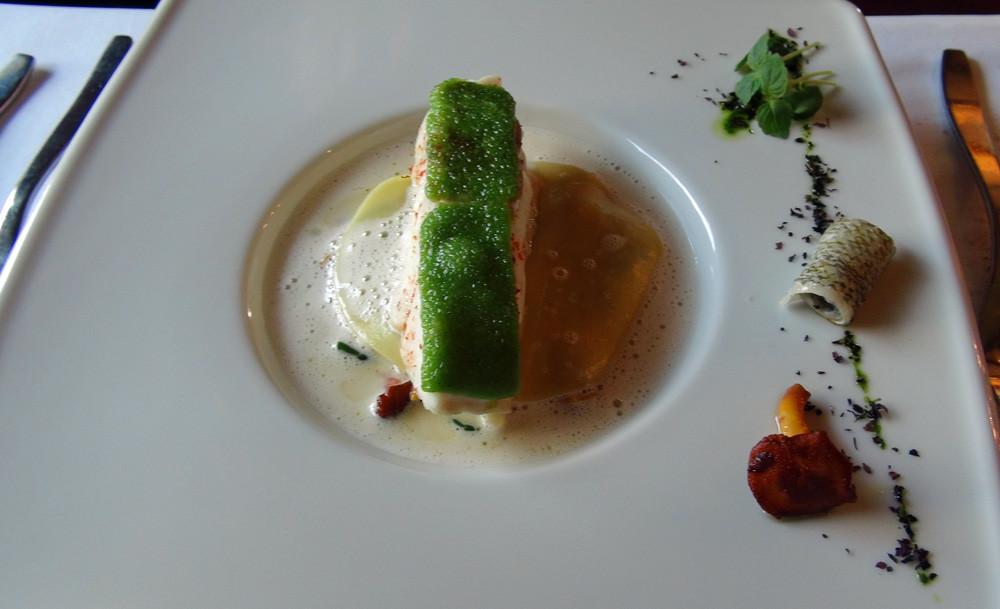Dos de cabillaud en croûte végétale, lasagne de coquillages et tomates fraîches