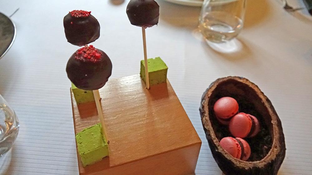 Mignardises : Macaron chocolat/framboise - Bille sucette cassis et chocolat - Guimauve à la verveine