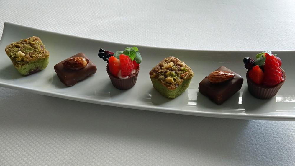 Mignardises : Financier pistache/griotte - Chocolat dulcey - Tartelette citron