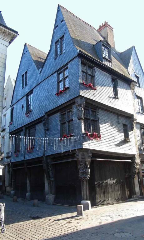 Maison à l'angle de la rue du Change et de la rue de la Monnaie, et ses poteaux sculptés