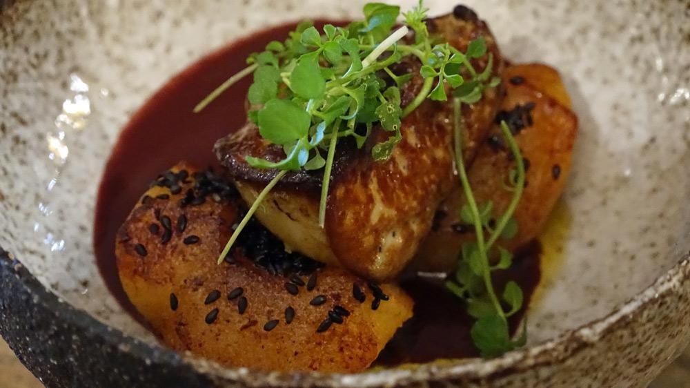 Foie gras de canard, graines de sésame noire, feuille de cardamine et sauce au pruneau