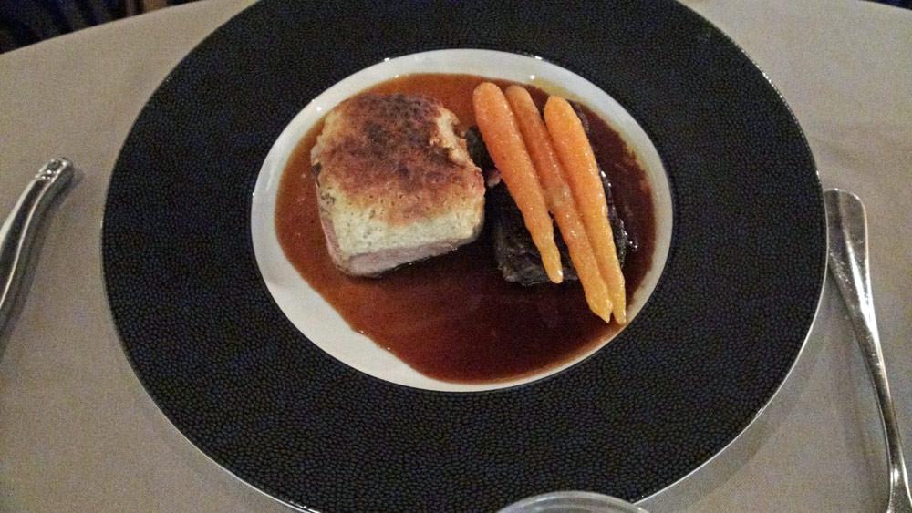 Quasi de veau gratiné « minute », queue de bœuf braisée doucement, carottes glacées et jus à la réglisse