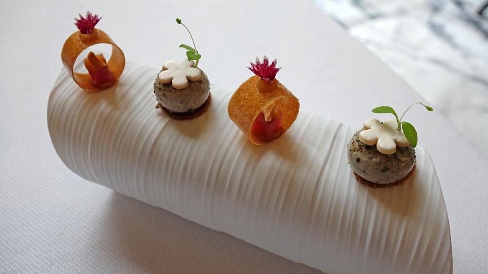 Crémeux champignons, poudre de persil et châtaigne - Cercle croquant garni d'un gravelax de filet de porc et sauce saté aux cacahuètes
