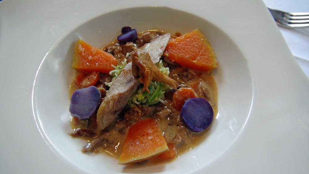 Cassolette tiède de faisan, sucrine du Berry, violettines et poireaux étuvés
