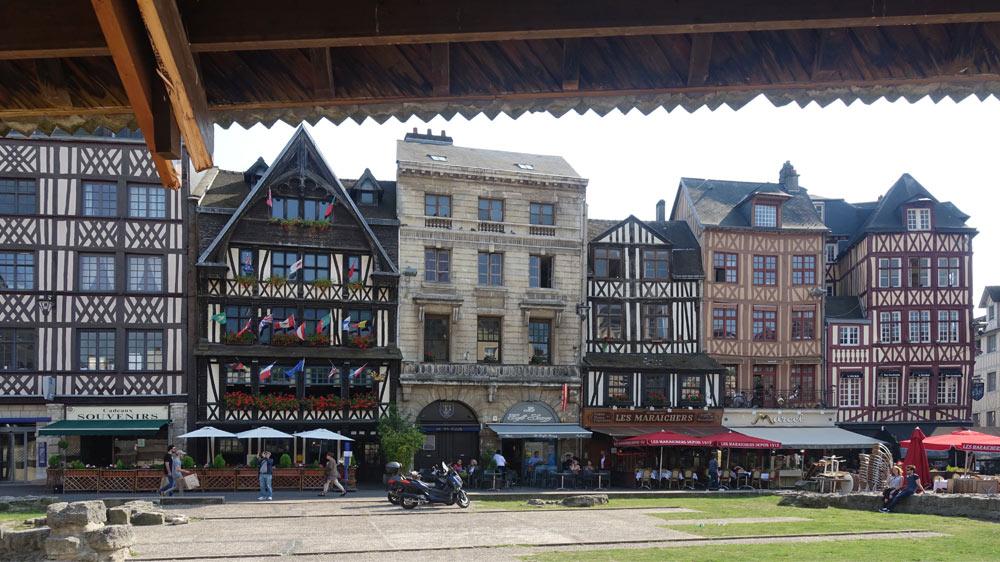 La Couronne, au milieu d'autres vieux bâtiments de la célèbre place du Vieux Marché
