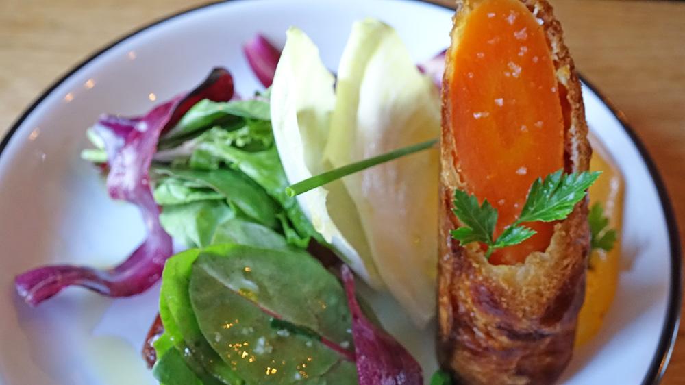 Légume du moment (de la carotte) en croûte feuilletée, salade à l'huile d'olive