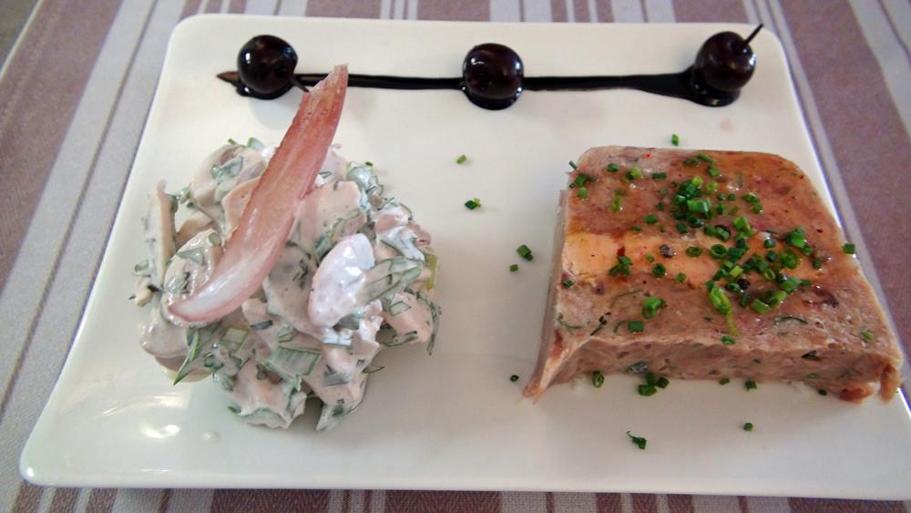 Pressé de queue de veau et foie gras de canard, salade de champignons de Paris
