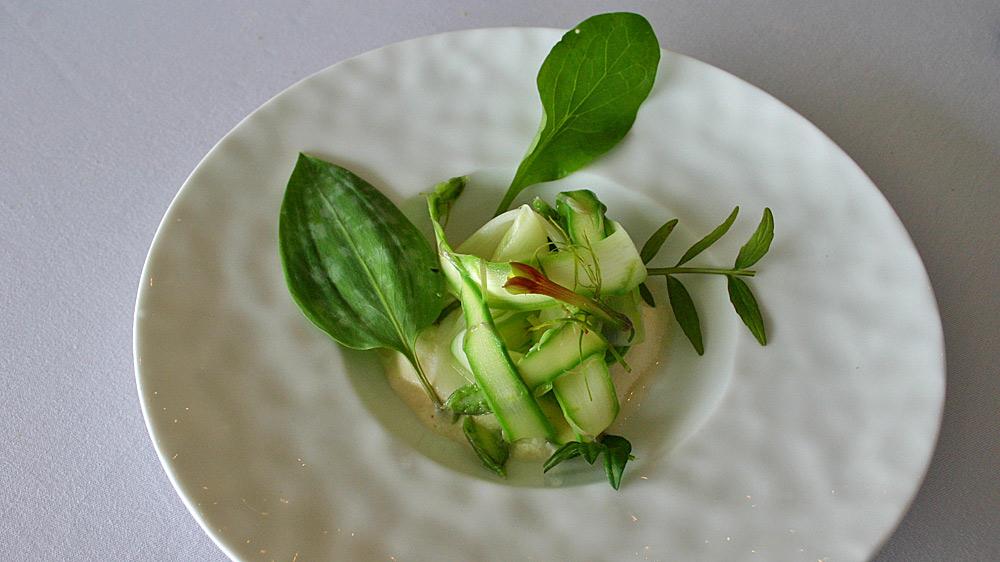 Tout le printemps de la vallée, de la montagne & du jardin la salade d'asperges vertes mêlée d'aigre-doux ; mousse de lait au cumin, citron et des valérianes