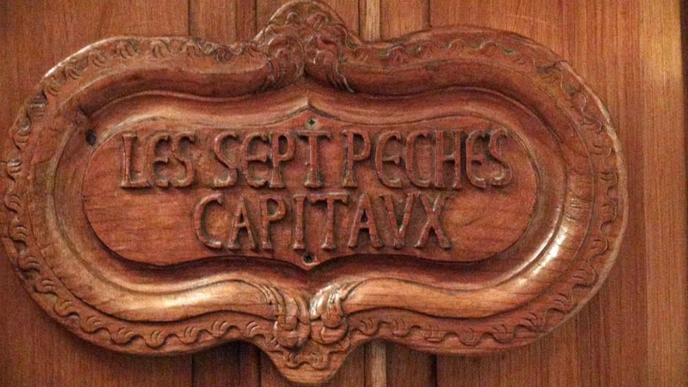 Porte en bois sculptée de la chambre N° 41
