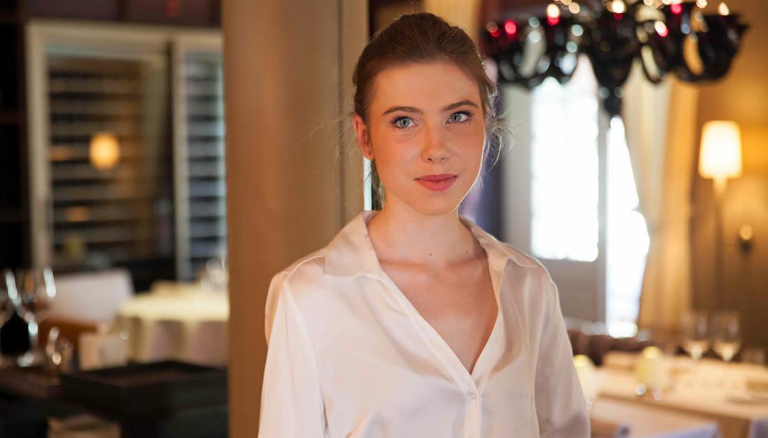 Une des jeunes et charmantes serveuses du JY'S - Crédit photo : site web du JY'S