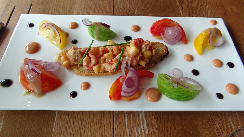 Salade de tomates multicolores au vinaigre balsamique, écrevisses et pêche sauce cocktail