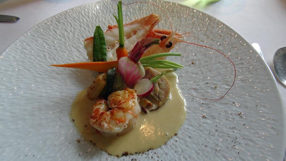 Langoustine poêlée en carapace, ris de veau, légumes crus et cuits au saté et d'une crème de langoustines à la badiane