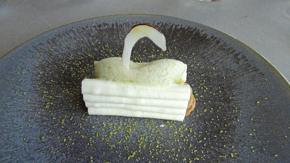 Croc'meringue de pistache et pécan, tartare de mangue
