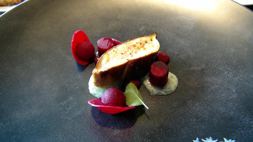 Foie gras de canard grillé, betterave cuite et crue