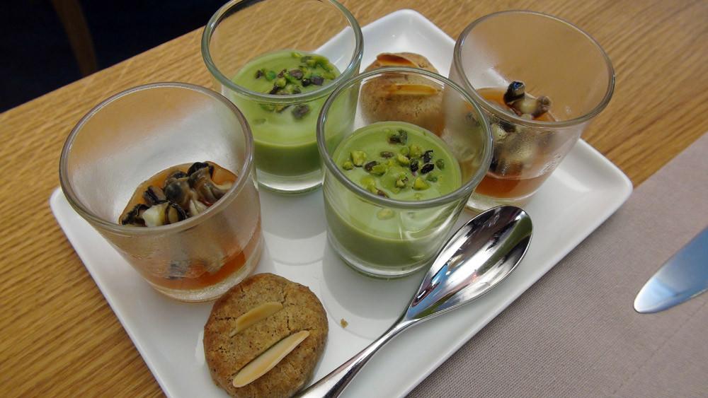 Amuse-bouche : Crème de courgette et pistache – Eau de tomate, Campari, avocat et bigorneau - Petit sablé au sarrasin