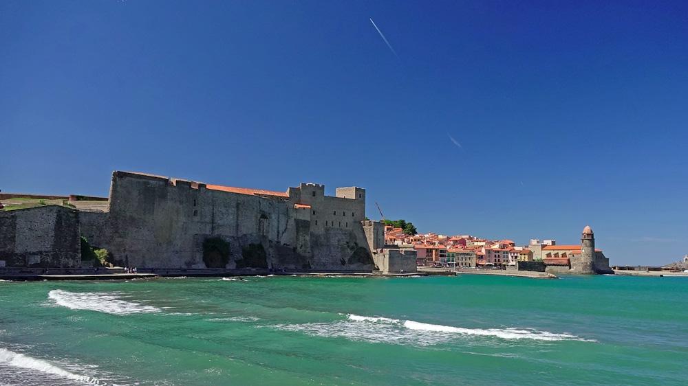 Vue depuis la plage sur le Château Royal et l'église Notre Dame des Anges