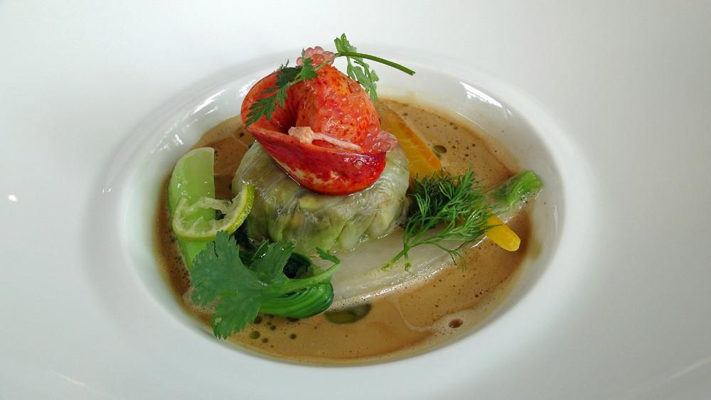 Chou farci de homard et champignons, bouillon de homard, huile aux feuilles d'agrume, carottes et navets
