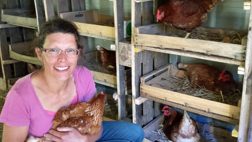 """Aude Duwer et ses poules - Crédit photo """"La Ferme de Pontcirq"""""""