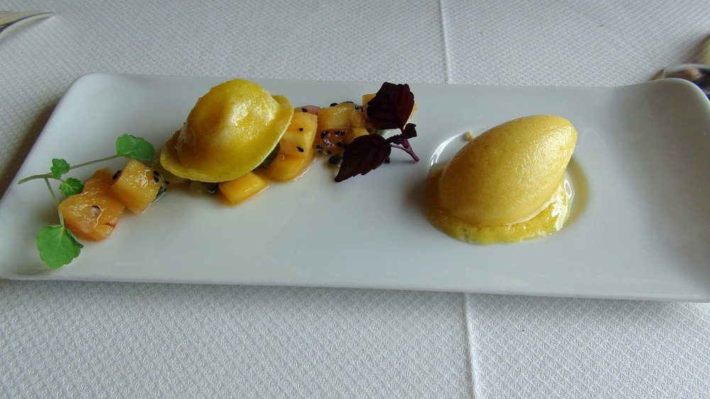 "Raviole ""Compagnie des Indes"", salade fruits exotiques et sorbet passion"