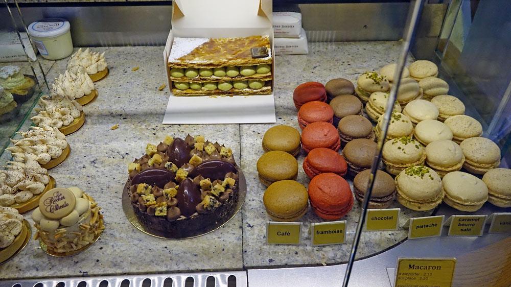 Quelques macarons et gâteaux en vente ...