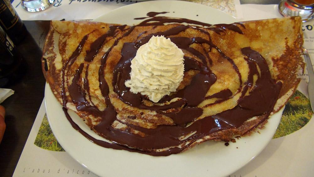 Crêpe banane au chocolat chaud maison et crème fouettée