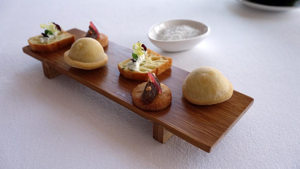Amuse-bouche : Raviole barbajuan (spécialité culinaire monégasque) ricotta et menthe - Palet sablé au parmesan - Quenelle d'oignons de Roscoff confits, pickles d'oignons rosés et graines de sarrasin