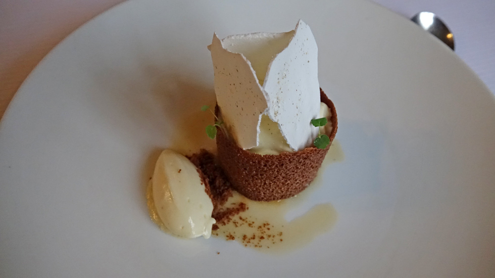 Poire du Val de Loire caramélisée | tube croustillant Rapadura | mousse de riz au lait | tuile meringue au poivre de Penja | Sorbet poire