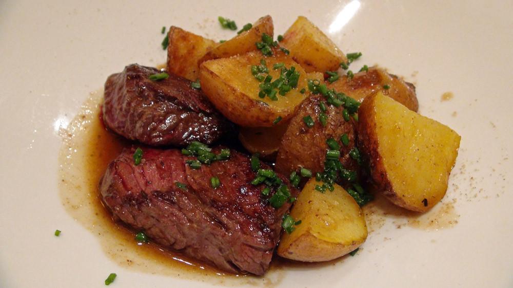 Onglet de bœuf, pommes de terre rissolées