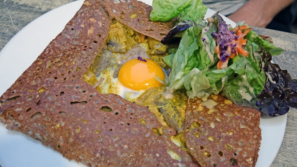 Poularde (œuf, poulet, cuisiné à la sauce curry,champignons mijotés et salade)