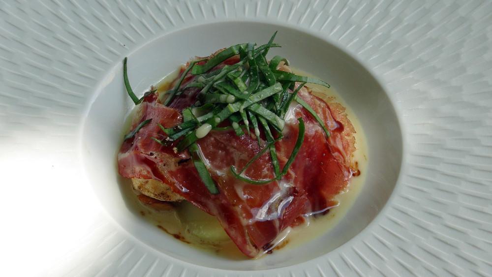 Filets de sole en parmentière, lomo de serrano, huître végétale et bouillon de Parmesan