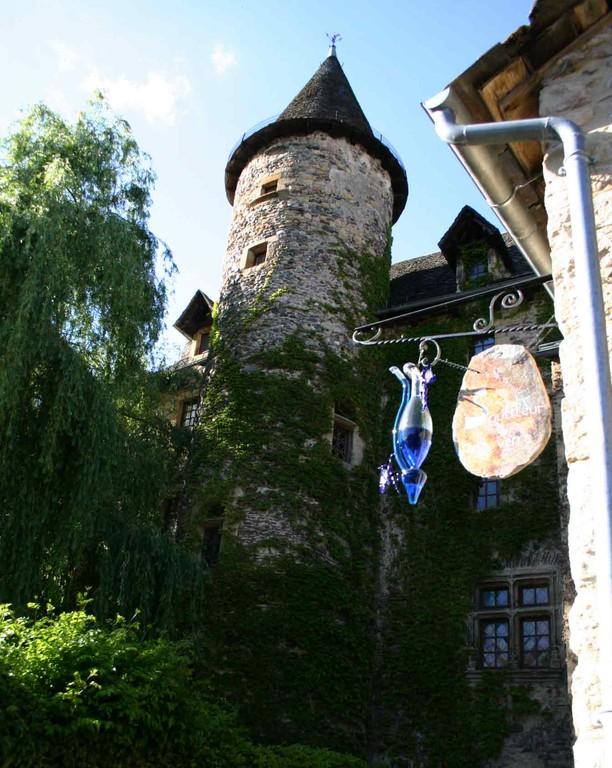 Sainte-Eulalie d'Olt, enseigne et château